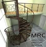 Кованые ограждения лестницы состоят из секций, декорированных коваными прутьями со стилизованными лиственными побегами на концах.