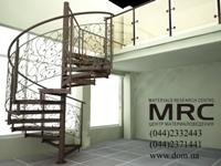 Винтовая лестница со стеклянными ступенями и кованным ограждением