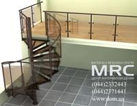 Винтовая лестница с центральной металлической стойкой, клинообразными стеклянными ступенями, металлическим  ограждением с заполнением из каленого стекла