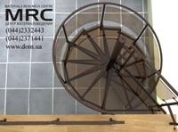 Гнутое каленое стекло чудесно гармонирует с металлическим каркасом лестницы, покрытым порошковой покраской