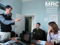 Доктор Вадим Мочалин рассказывает представителям физико-химической группы Центра материаловедения о разработках, связанных с синтезом и применением порошков наноалмазов.
